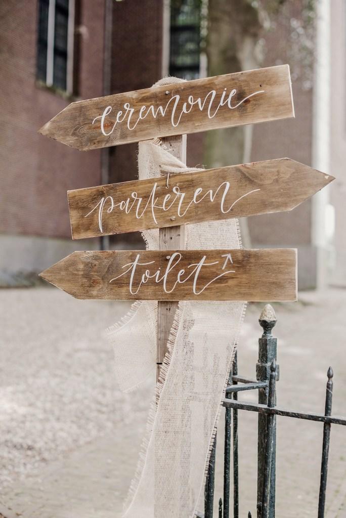 wegwijzers, bruiloft, decoway, handlettering, rustiek, hout, trouwen, rustic wedding, bruiloft styling, vintage
