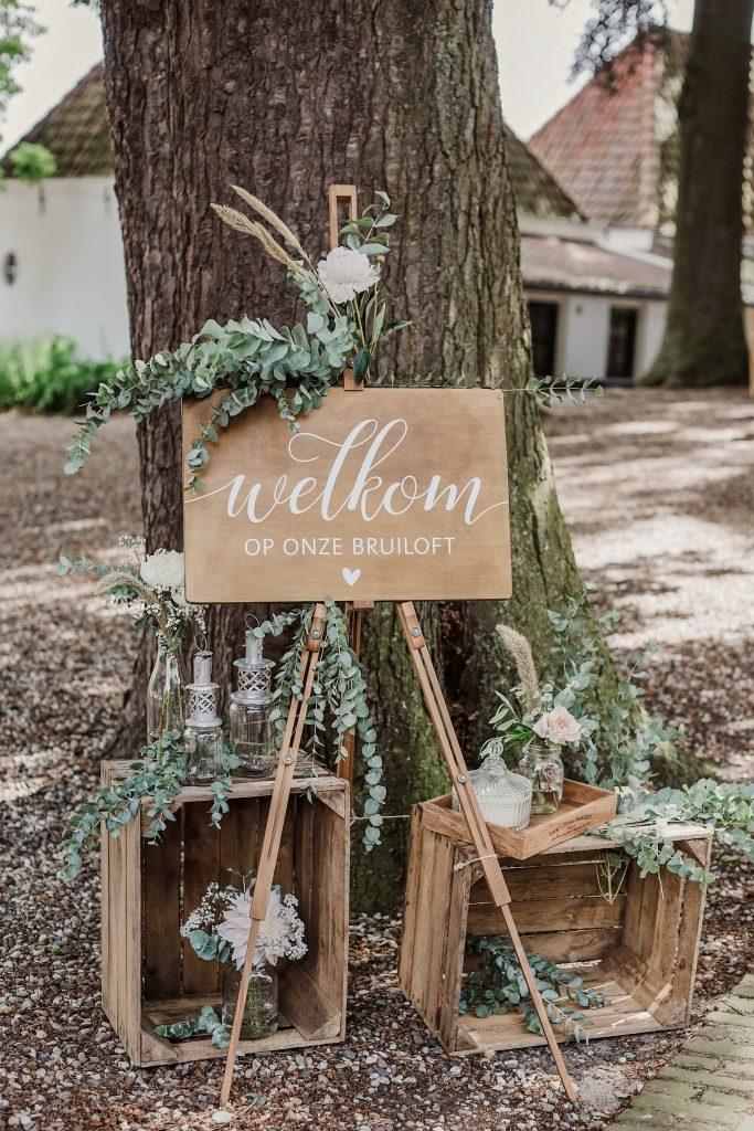 welkomstbord, welkom op onze bruiloft, welkom, rustiek, rustic wedding, bruiloft, trouwen, vintage, eucalyptus, weddingstyling, bruiloftstyling, veilingkistjes