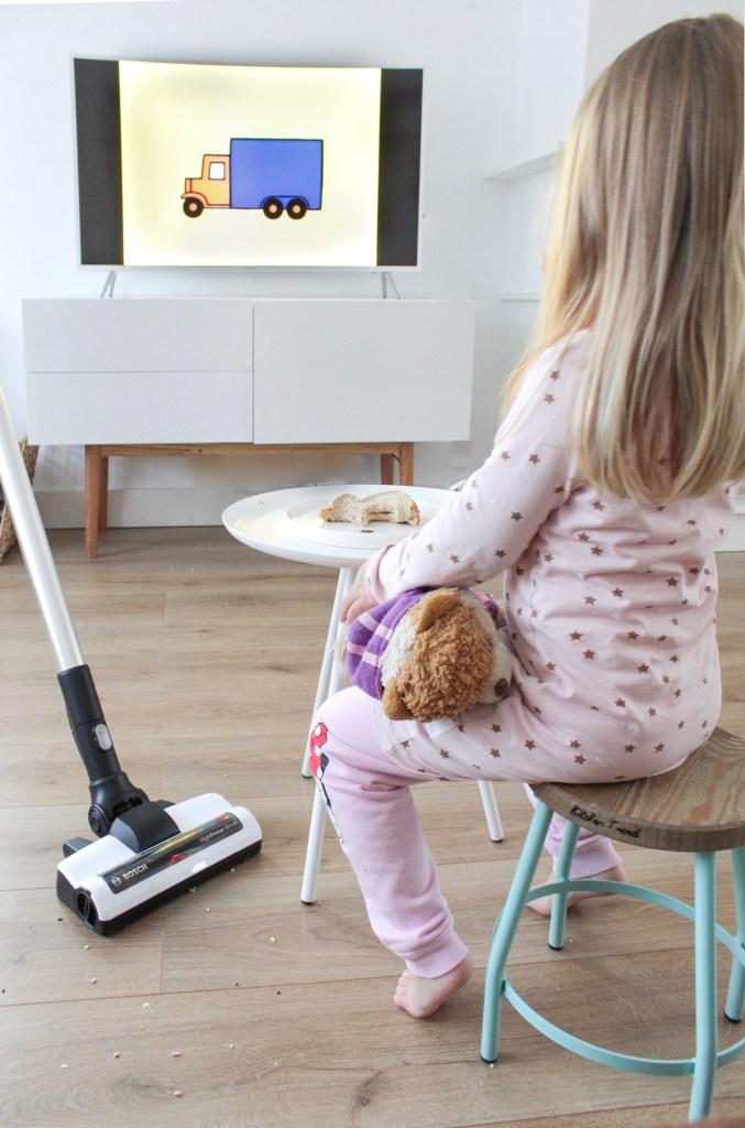 Bosch Unlimited, ontbijt, ontbijt voor de tv, stofzuiger, stofzuigen, snoerloze stofzuiger, snoerloos, schoonmaken, huishouden, thathomepage