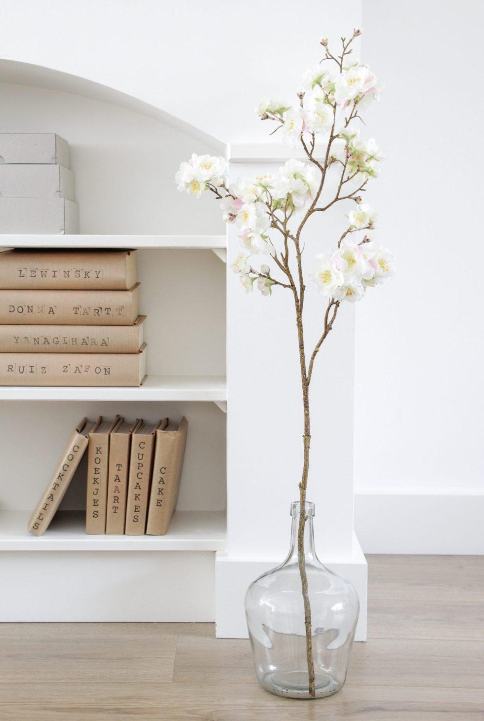 boeken kaften, minimalistische boeken styling, boeken styling, boekenplank, boekenplanken, boekenstyling, minimalistisch interieur, boeken stempelen, book styling, interieurinspiratie, thathomepage, (th)athomepage