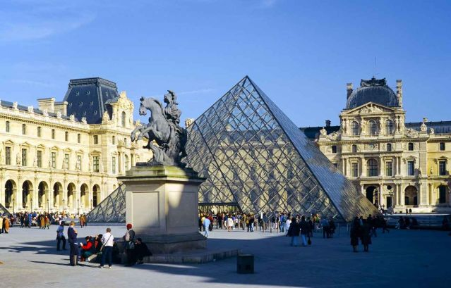 THATMuse meeting point at the Bernini statue of King Louis XIV, in front of the Louvre glass pyramid