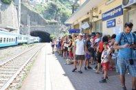 crowds railway station cinque terre