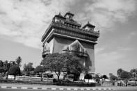Arco del triunfo, a la francesa. O Patuxai, a lo laosiano.