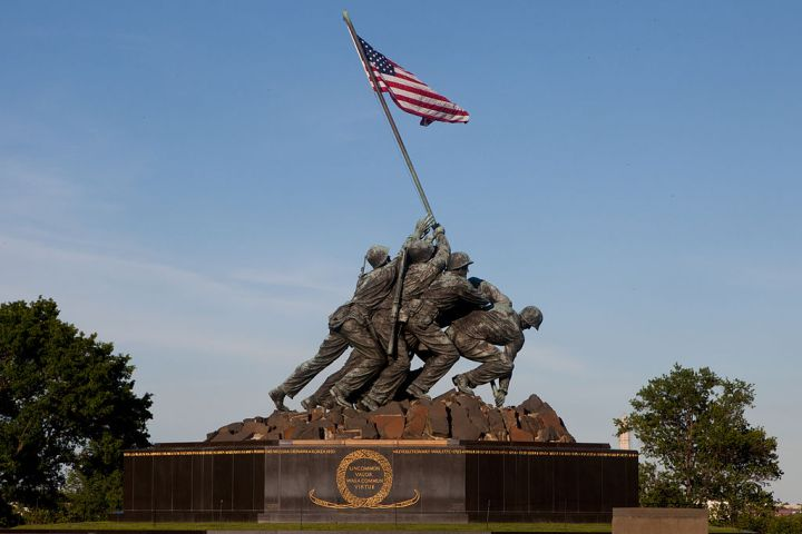 1024px-The_Marine_Corps_War_Memorial_in_Arlington,_Va.,_can_be_seen_prior_to_the_Sunset_Parade_June_4,_2013_130604-M-MM982-036