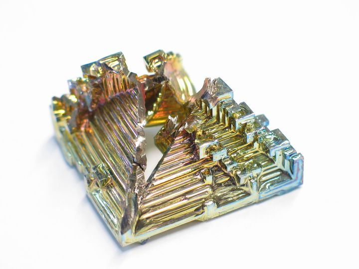 Bismuth_crystal_macro.jpeg