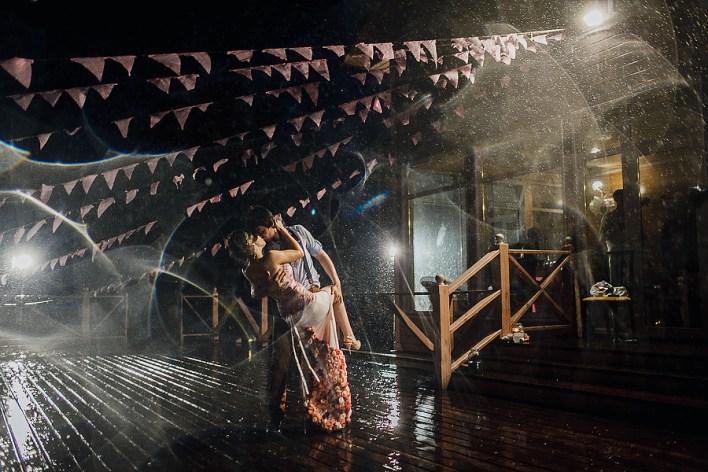 19 самых классных свадебных фотографий под дождем