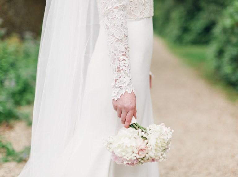 Как быстро справиться с пятнами на платье?