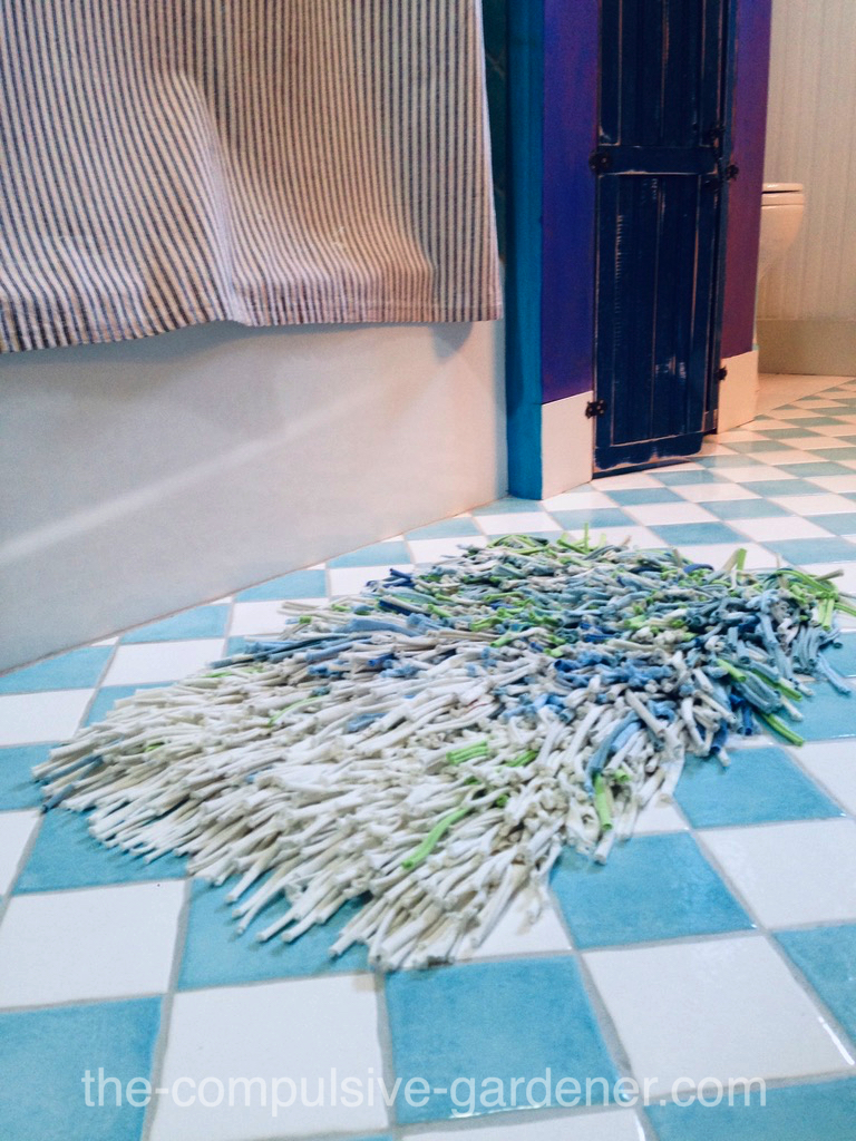 Upcycled rug from old T-shirts in seaside colors | Upcycling