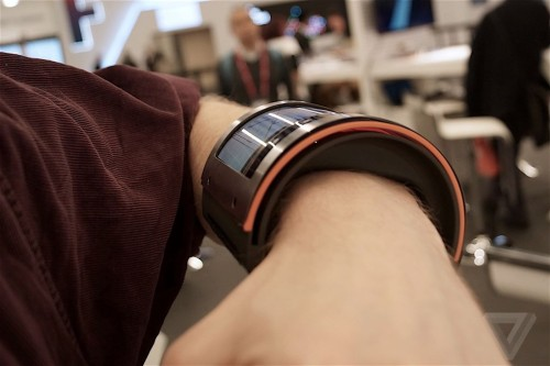 FlexEnable's Massive New Wristband Shows All That You Shouldn't Do With a Wearable Conferences & Trade shows e-Reading Hardware Screen Tech
