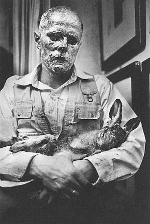 Beuys erklärt dem Hasen die Bilder