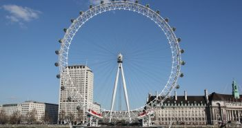 """Das London Eye am Themseufer[Von <a href=""""//commons.wikimedia.org/wiki/User:Khamtran"""" title=""""User:Khamtran"""">Khamtran</a> - <span class=""""int-own-work"""" lang=""""de"""">Eigenes Werk</span>, <a href=""""http://creativecommons.org/licenses/by-sa/3.0"""" title=""""Creative Commons Attribution-Share Alike 3.0"""">CC BY-SA 3.0</a>, https://commons.wikimedia.org/w/index.php?curid=6418599]"""