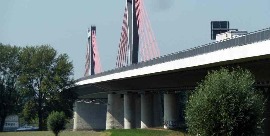 Die Flughafenbrücke von Meerbusch aus gesehen (Foto: Wikimedia)