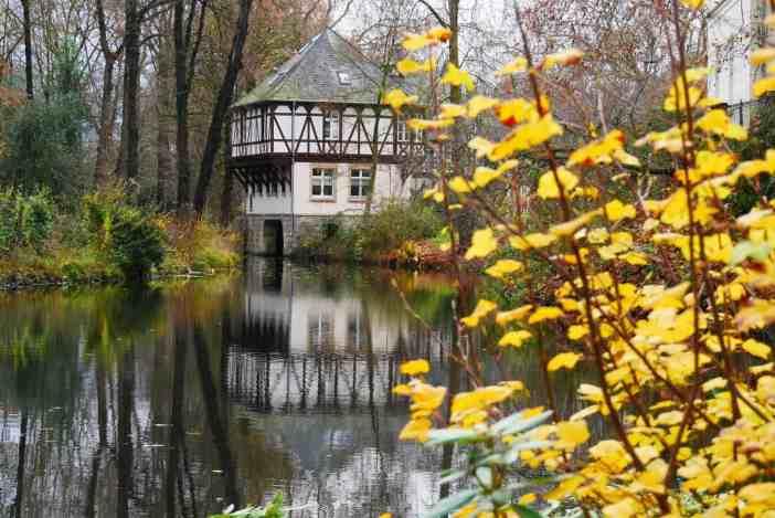 Am Schloss Eller; durch den Park fließt der Eselsbach, der auch den Schlossgraben speist (Foto: A. Otto für TD)