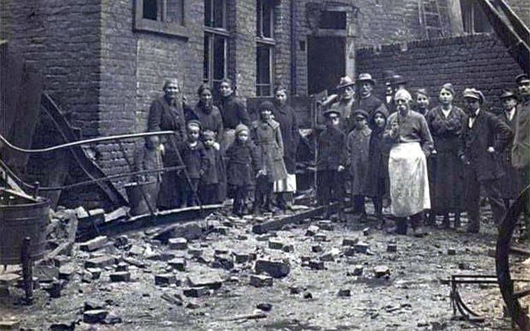 Arbeiter vor einem zerbombten Haus in Oberbilk