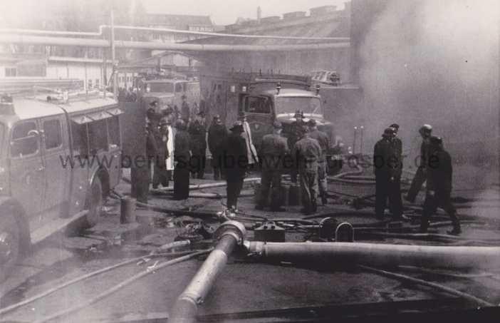 Beim Brand des Perga-Lagers 1960 (Foto: Berufsgrubenwehr Prosper)