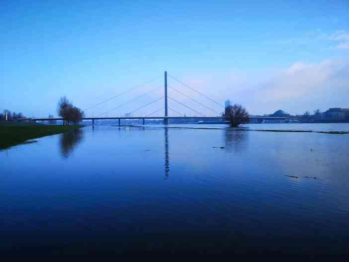 März 2020: Die Oberkasseler Brücke morgens bei Hochwasser (Foto: TD)