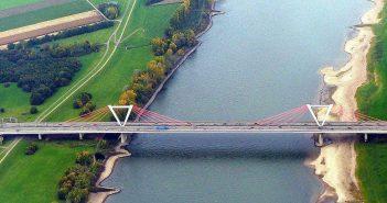 Die Flughafenbrücke zwischen Düsseldorf und Meerbusch (Bild: Panoramio/Wikimedia)