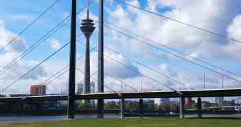 Die Rheinkniebrücke - zusammen mit dem Rheinturm Düsseldorfs Wahrzeichen