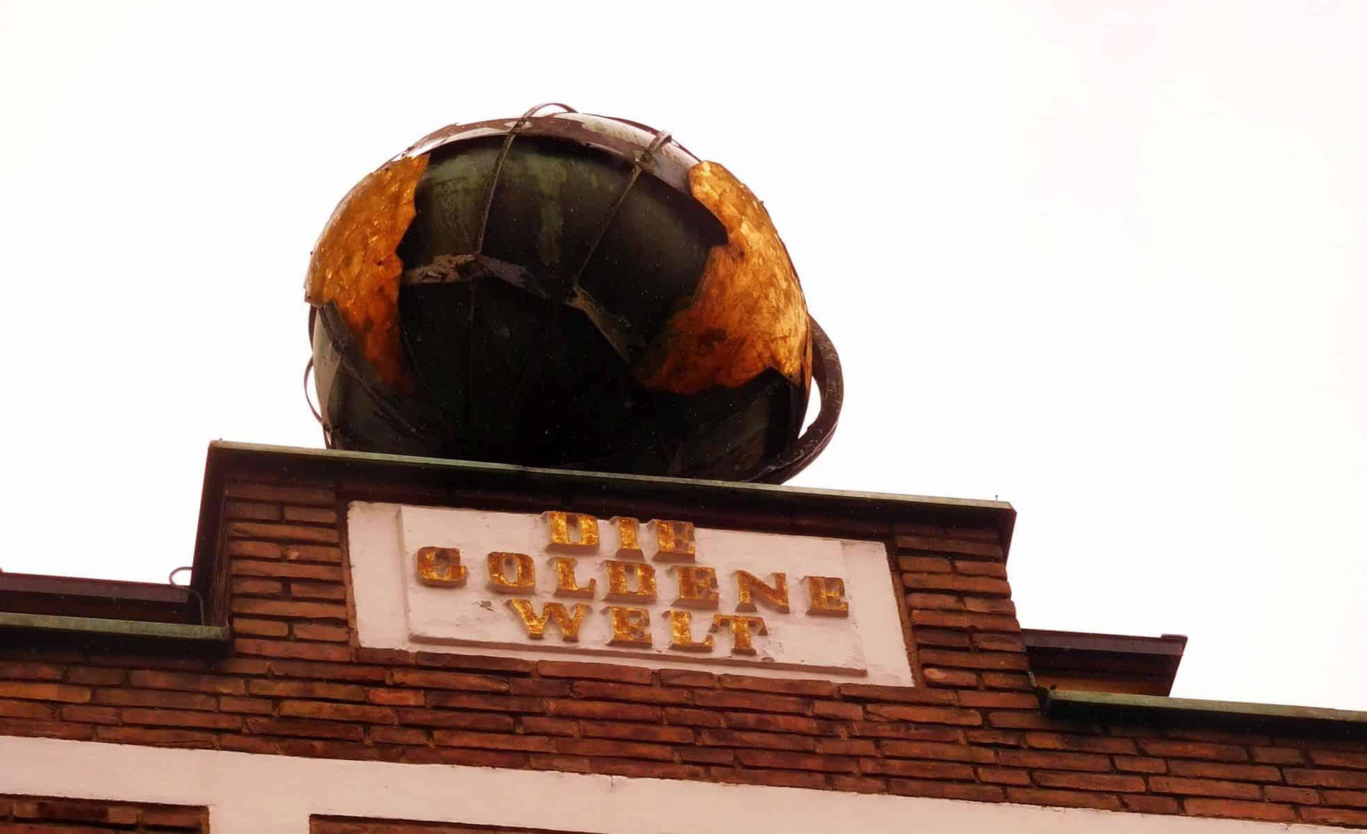 """Hoch überm """"Da Primo"""" thront """"Die goldene Welt"""" (eigenes Foto)"""