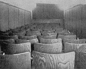 """Kurbelkiste-Saal, der """"Schlauch"""" (Foto: Die Filmwoche 23/1955)"""