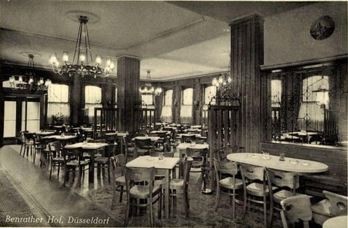 Das Innere des Benrather Hofs auf einer Vorkriegspostkarte