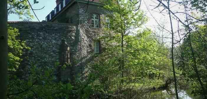 Die Angermunder Burg mit dem Burggraben