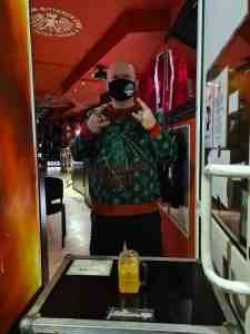 Was für ein Pullover! Pitcher-Andy bleibt auch während Corona stilsicher (Foto: DJ Opa)