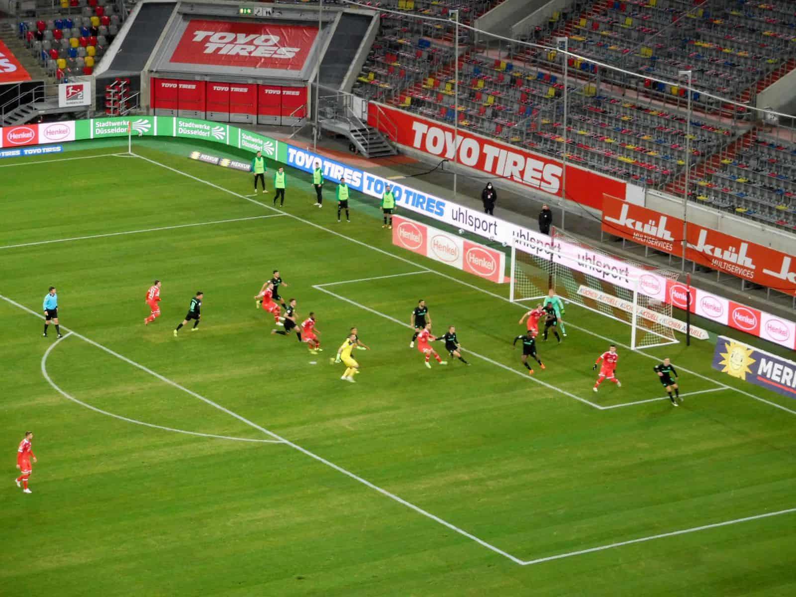 F95 vs Fürth: Die Szene vor dem 3:3 mit Kastenmeier im Zentrum