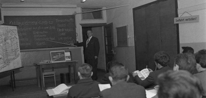 beim Unterricht (Foto: Bundesarchiv)