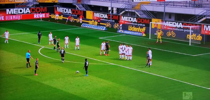 Paderborn vs F95: Deutlich zu sehen - die Mauer steht falsch Screenshot: Sky)