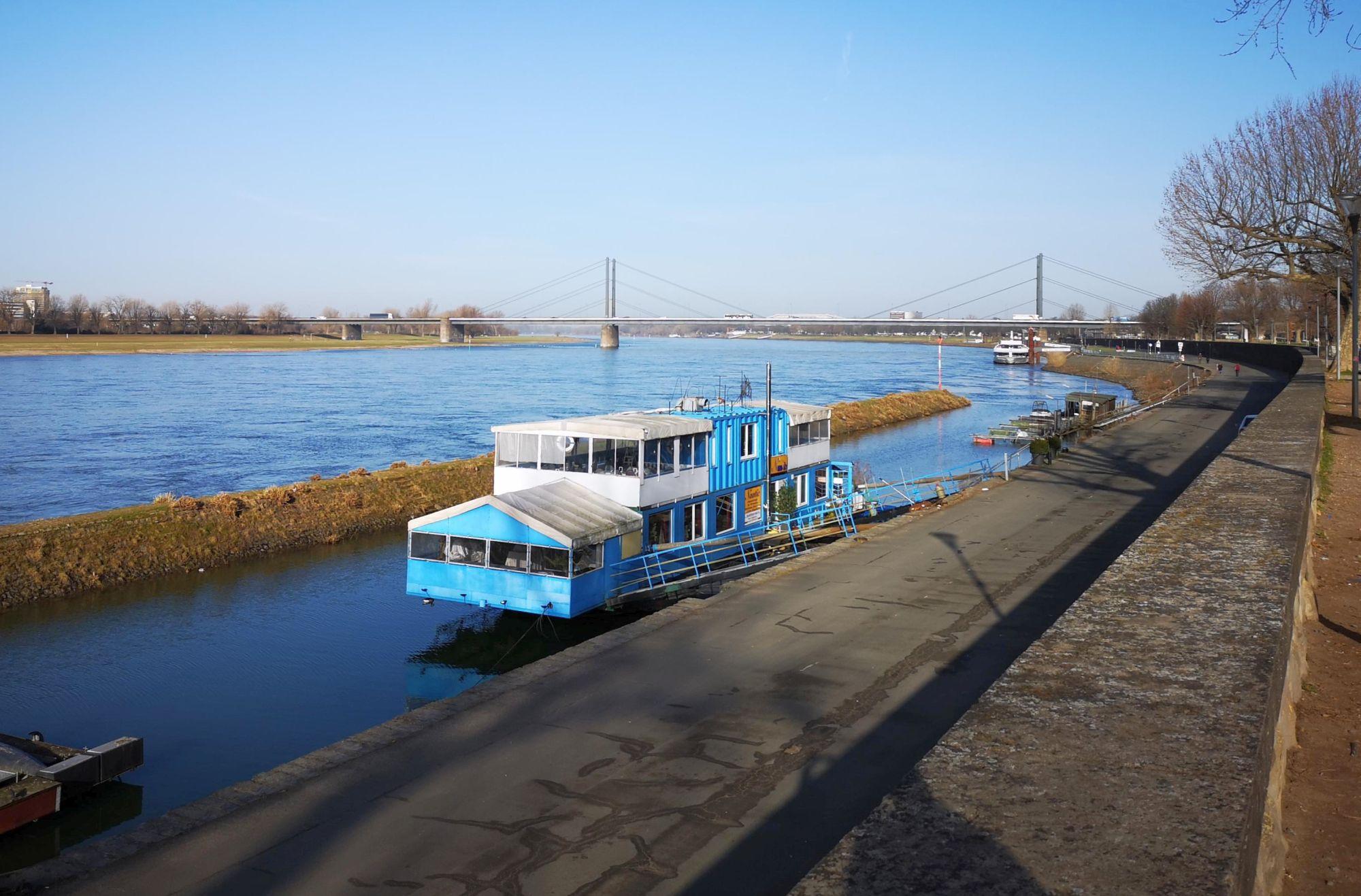 Der kleine Hafen am Robert-Lehr-Ufer unterhalb des Rheinparks Golzheim (Foto: TD)