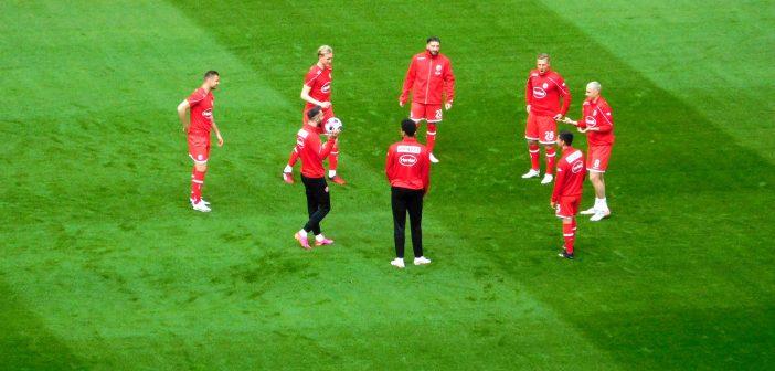 F95 vs St. Pauli: Auswechselspieler beim Kreistanz  (Foto: TD)