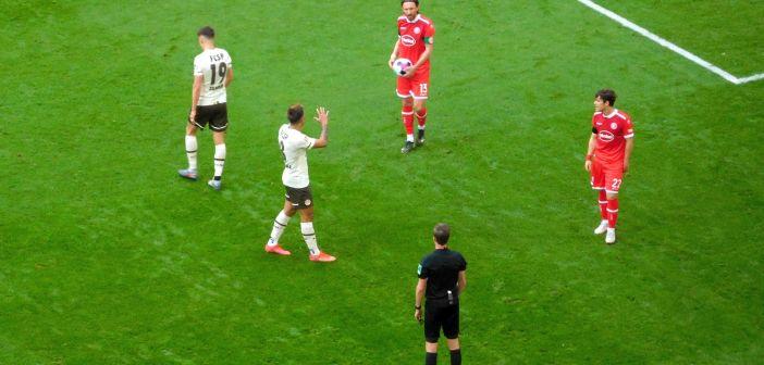 F95 vs St. Pauli: Käpt'n Bodzek diskutiert mit dem Schiri  (Foto: TD)