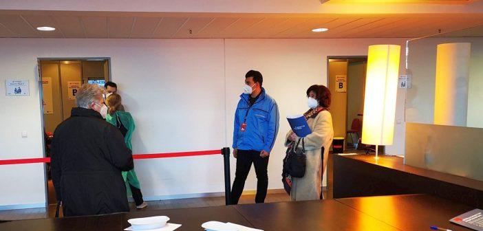 Impfzentrum Düsseldorf: Die Warteschlange vor den Impfkabinen (Foto: TD)