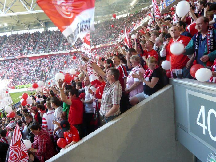 Aufstieg 2009: Frühe Stimmung im Block 40 (Foto: TD)