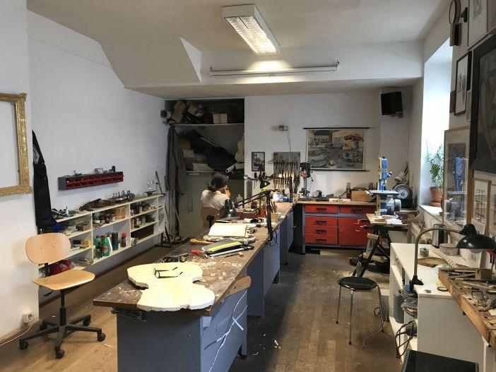 Im Hintergrund: Mitarbeiterin bei Restaurationsarbeiten (Foto: Konrad Buck für TD)