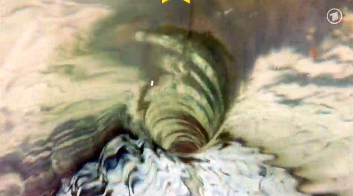 Strudel ziehen Menschen unter Wasser (Screenshot: Sendung mit der Maus, WDR)