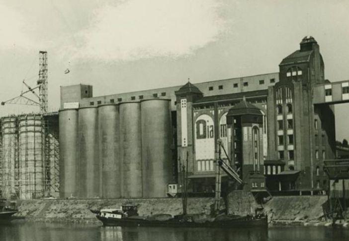 Die zu Hafenbecken B gelegenen Betonsilos der Plange-Mühle in den 50ern (Foto: Stadtarchiv)