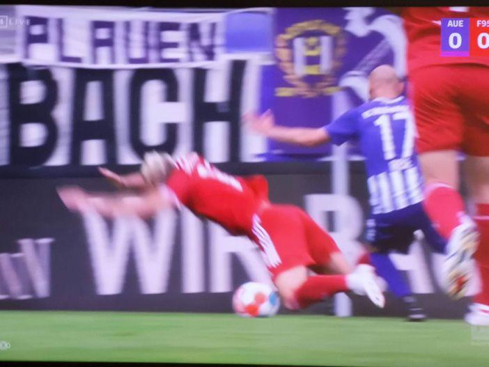 Aue vs F95: Felix Klaus wird gefällt - Strafstoß (Screenshot Sky)