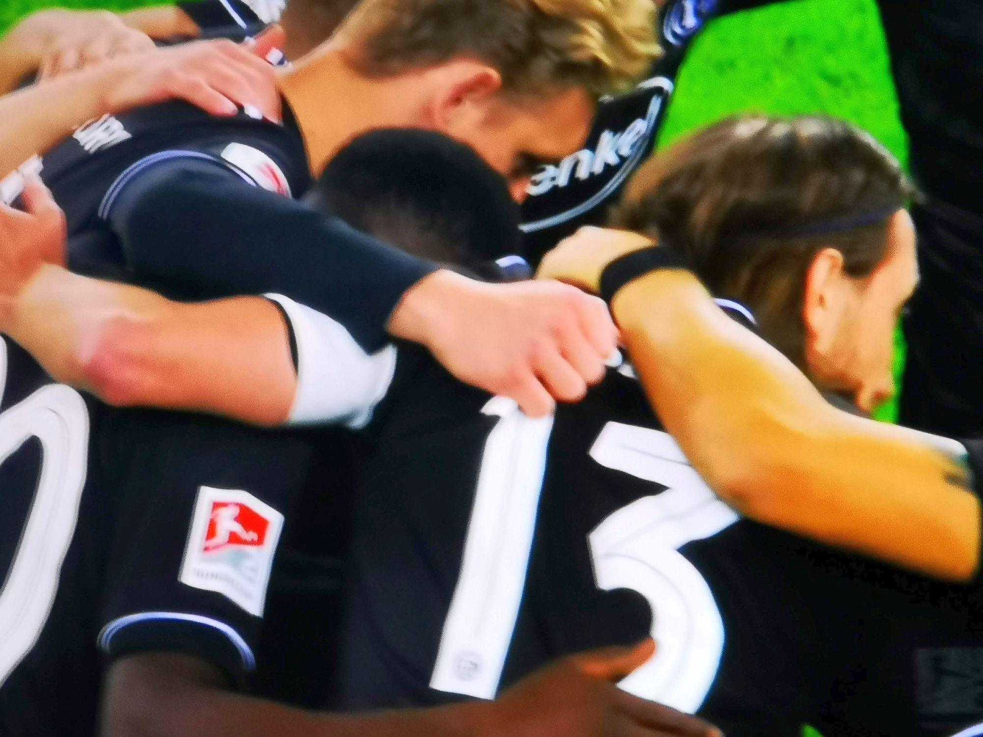 HSV vs F95: Ein verschworener Haufen in Schwarz (Screenshot Sky)