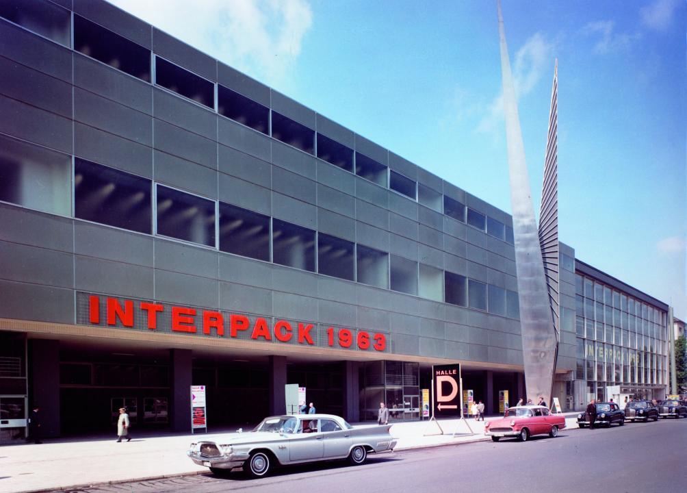 Der Haupteingang der alten Messe an der Fischerstraße samt dem Pylon zur Interpack 1963 (Foto: Messe Düsseldorf)