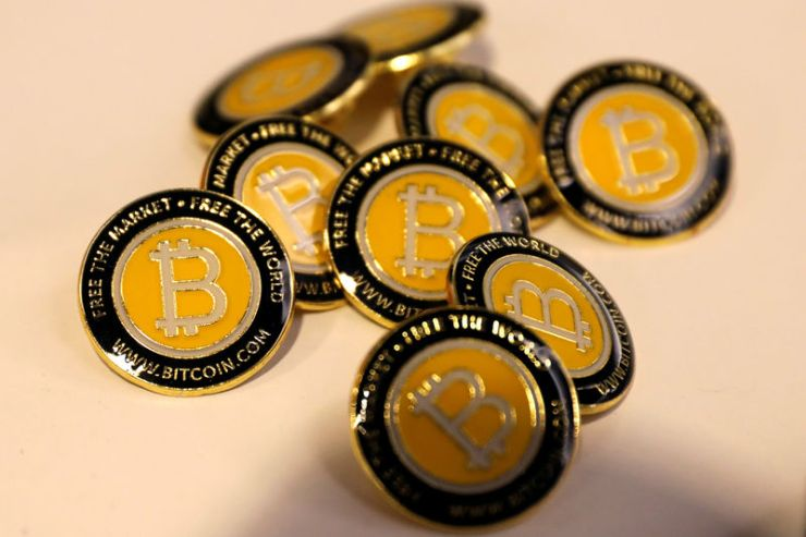 © Reuters. FILE PHOTO: Bitcoin.com buttons are seen displayed on the floor of the Consensus 2018 blockchain technology conference in New York City
