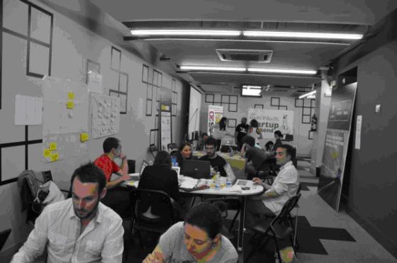 Foto: Buscando cómo crear barreras de entrada a sus innovadores proyectos. Startup Weekend Madrid Ellas2. Por Yurena.