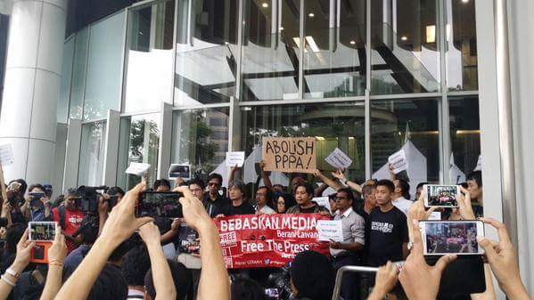 Malaysian journalists holding a rally outside newspaper The Edge's office in 2015, after it was suspended by the government for reporting on 1MDB. [Image Credit: Hasnoor Hussan]