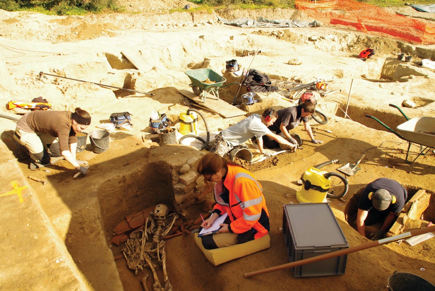 below right Excavations in the necropolis: in the foreground, Catherine Rigeade, an anthropology and funerary archaeology specialist, is recording an individual buried over a tile tomb; on the right, Pierre-Hubert Pernici excavates the burial of an immature male dating to the 3rd century BC; in the background, Aléxia Lattard is investigating the top of a pyre; behind, Marina-Lou Mizael and Thomas Terracol excavate a burial in a coffin.