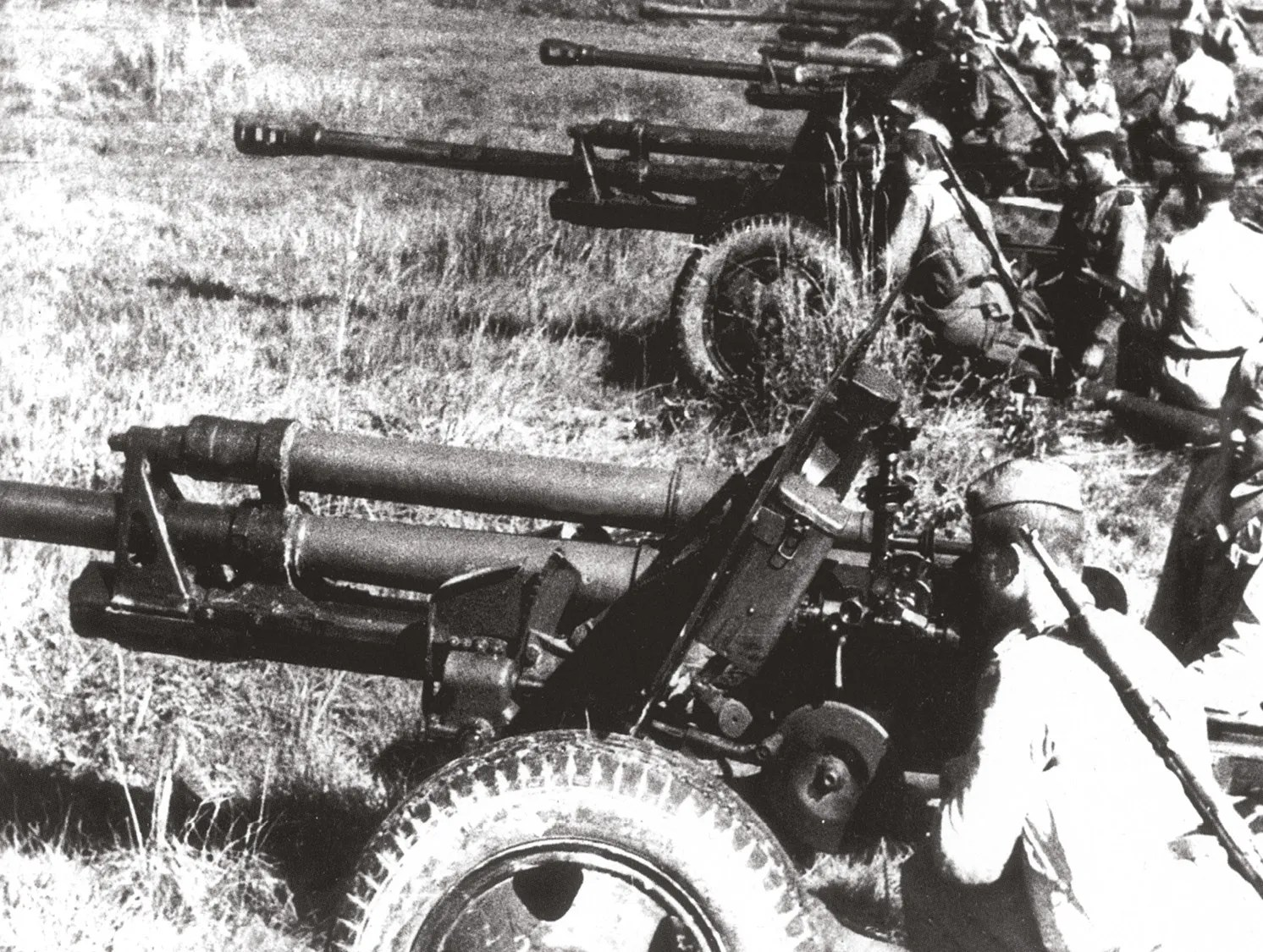ABOVE German 105mm howitzers and Russian 76mm field-guns in action.
