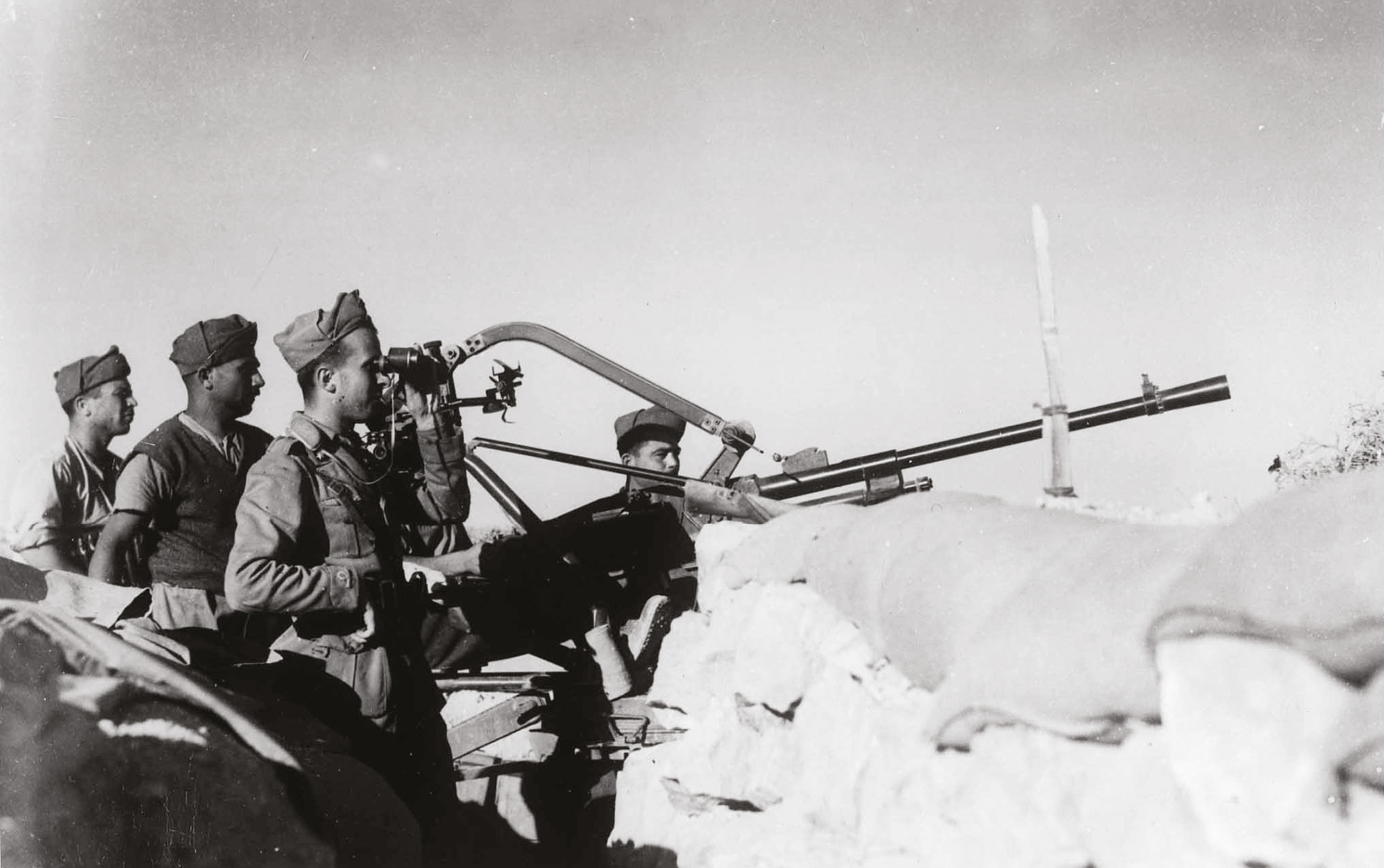 ABOVE Are they coming? Italian gunners at Tobruk. The answer was yes but not soon enough for Churchill.