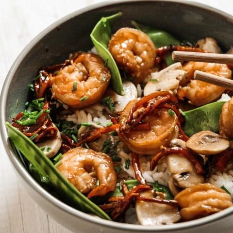 Riz, scampis & légumes caramélisés à la sauce au miel et au soja