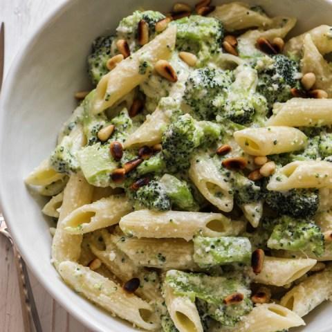 Penne aux brocoli & pignons de pin, sauce crème parmesan