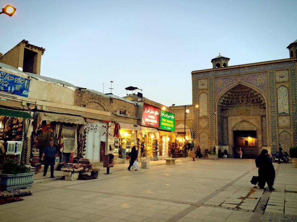 Vakil Bazaar, pasar yang tidak terlalu jauh dari benteng Karim Khan. Pasar ini dilengkapi dengan pemandian umum, yang dulu dipakai untuk rekreasi warga Shiraz.